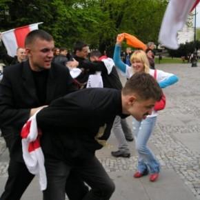 Молодіжний флеш-моб у Варшаві 2005 р.Б.