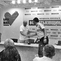 """Турчинов особисто вручив партквиток голові Волинського """"Фронту Змін"""""""